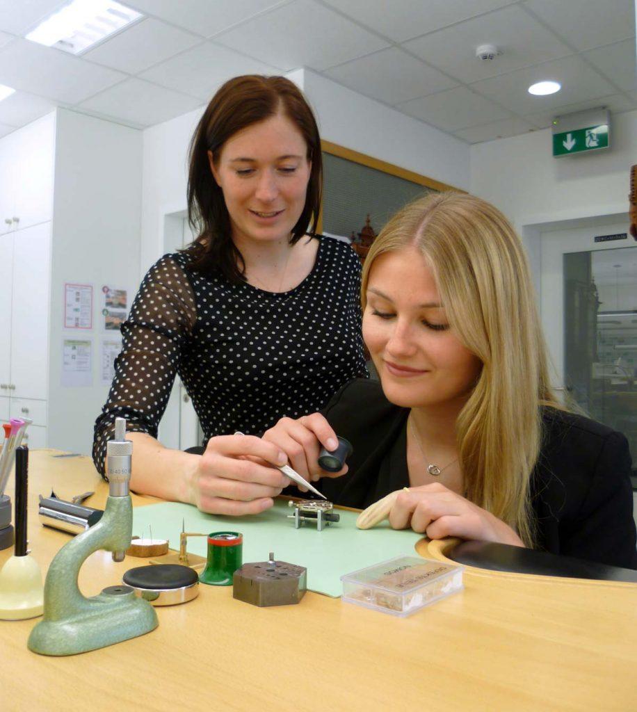 Schulung am Kleinuhrwerk - Lisa Holstein