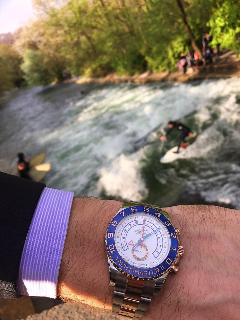Die Rolex Yacht-Master II vor dem Hintergrund der Münchner Eisbach-Surfer